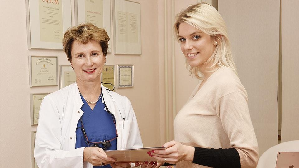 Dr. Wagner mit einem zufriedenen Patienten